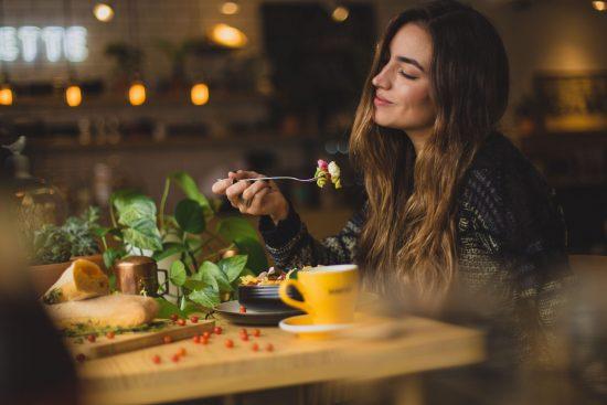 溢れる食欲をコントロールする方法 マインドフルネス瞑想をしてみた